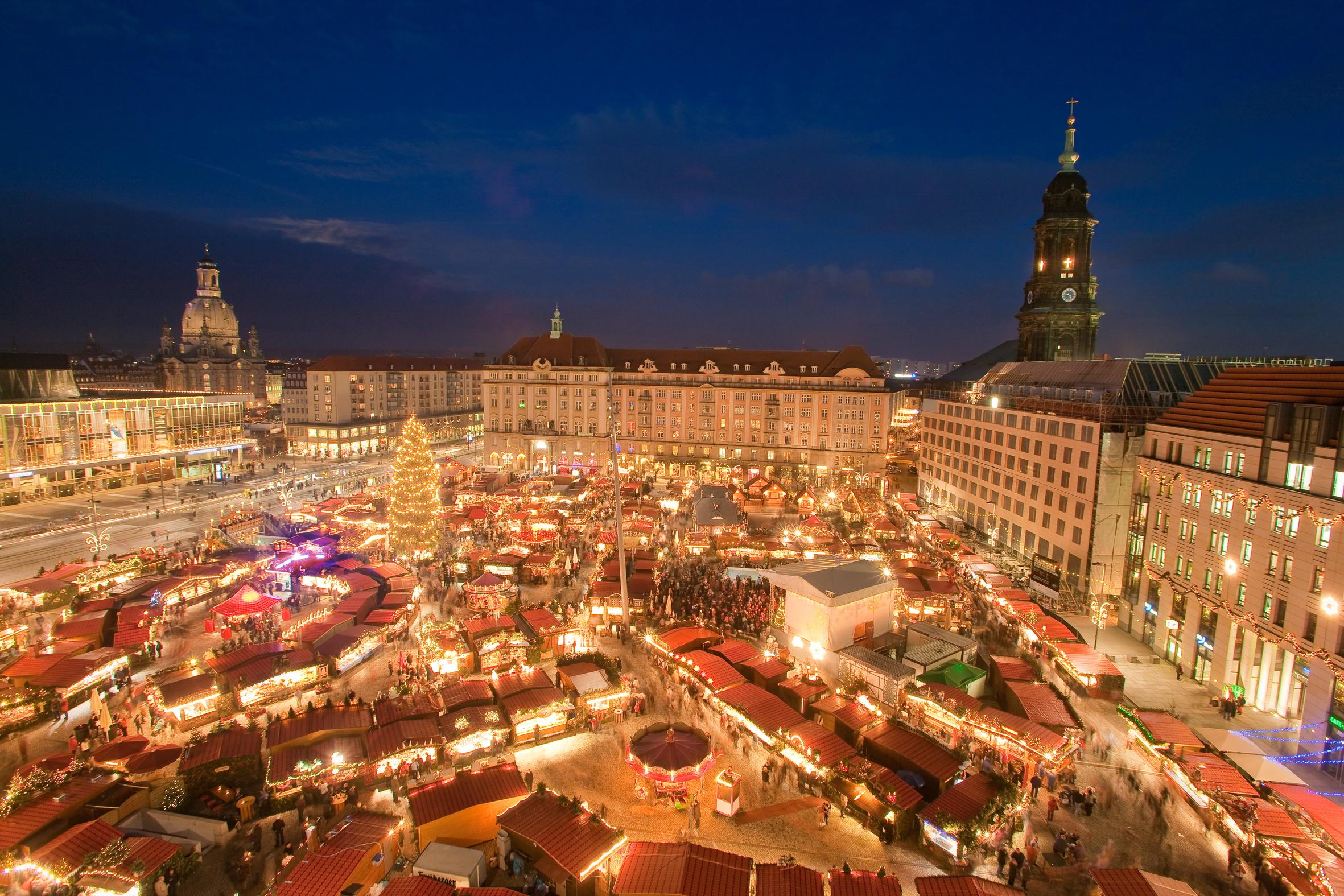 Piata de Craciun Striezelmarkt Dresda Germania