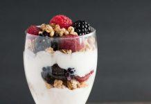 mic dejun cu iaurt cereale si fructe de padure